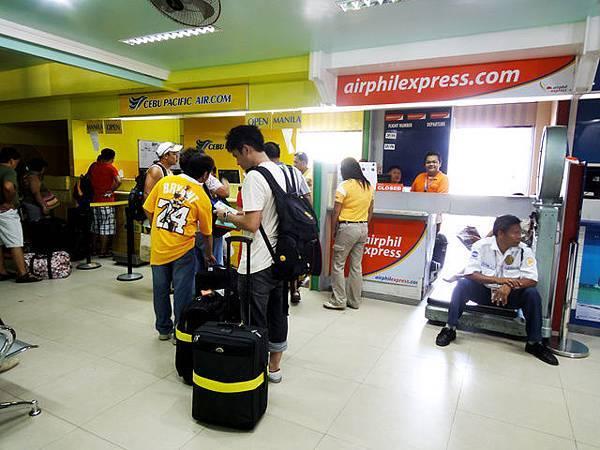 小小的機場辦事區,擠滿各家航空公司