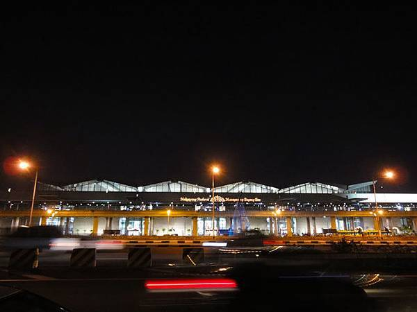 馬尼拉機場外觀  (從正對面拍的)