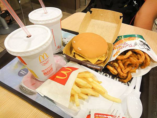 餚點雙層吉士堡餐~這邊的麥當勞不比台灣便宜