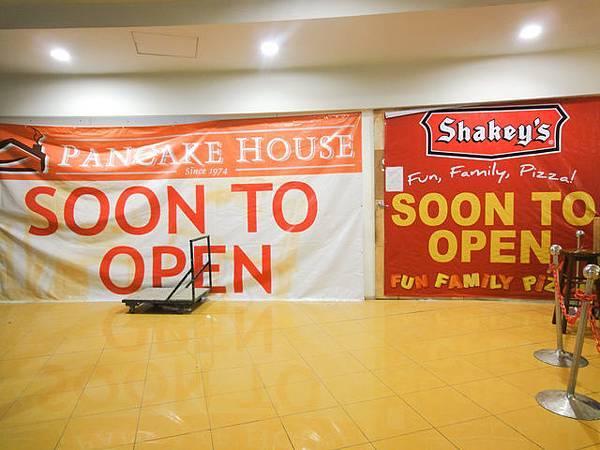 回到機場美食街,我剛在機場外尋覓很久的shakeys即將開...