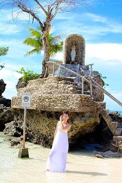 居民在上面供奉一尊聖母像,因此也稱為聖母岩礁