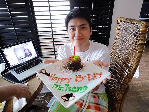壽星寶寶跟他的生日蛋糕