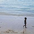 小黑娃,當地小朋友每天都泡在海水或沙灘打滾