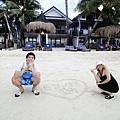 這是一對韓國蜜月夫妻,她們把肚裡寶寶名字寫在沙灘上