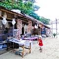 要進入PUKA海灘的入口區~只有一排賣貝殼商品的店家