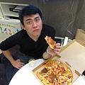 堯包無辜臉吃PIZZA