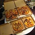 2大2小的PIZZA好歡樂喔!!!