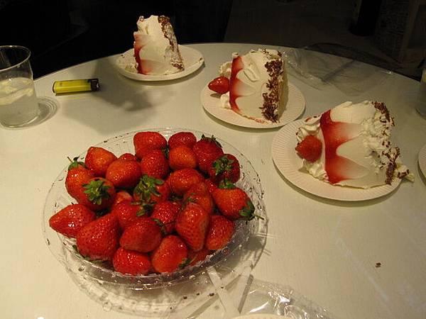 堯堯還準備草莓.很解膩喔~