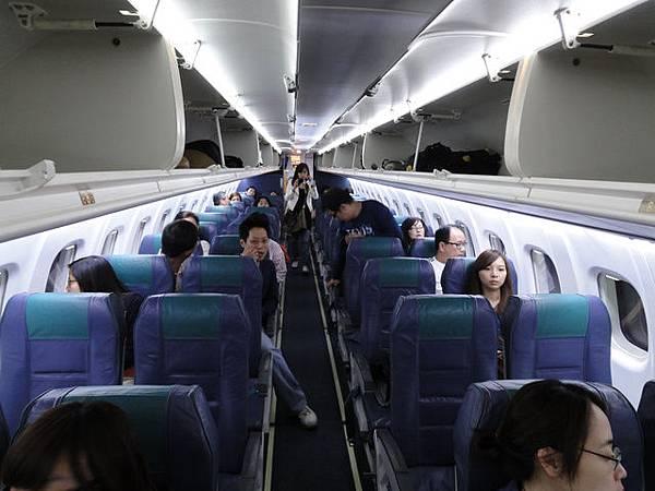 小飛機真的很小,分別只有2排座位!不過也才坐1小時!沒關係