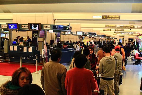 劃位作業,排的長長的都是要搭宿霧航空去馬尼拉的人唷!