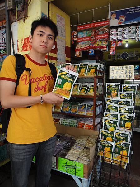 還有中文告示牌,我們馬上先買一包來吃!