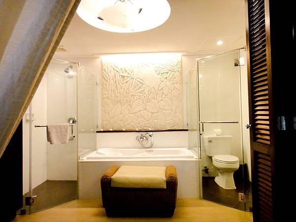 浴室也很大,浴缸+淋浴都分開