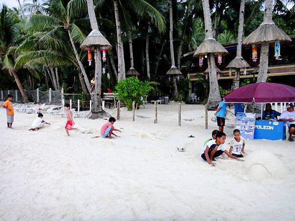 小朋友在沙灘做沙雕賺小費