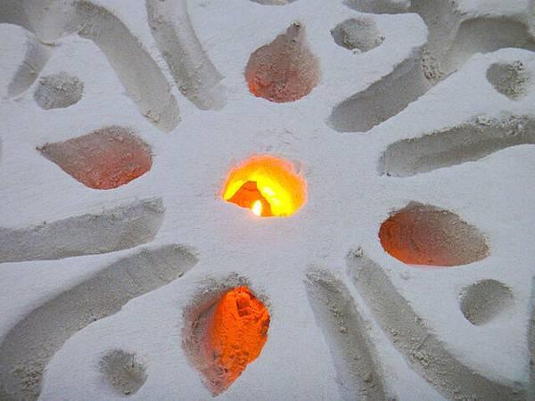 最令我不解的就是火怎麼放進去的,雕沙竟可以簍空