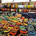 經過一攤賣皮繩的,堯包被吸引過去了