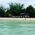 橘色傘的地方,就是我們的文華沙灘~ 看我走多遠!可以這樣拍...