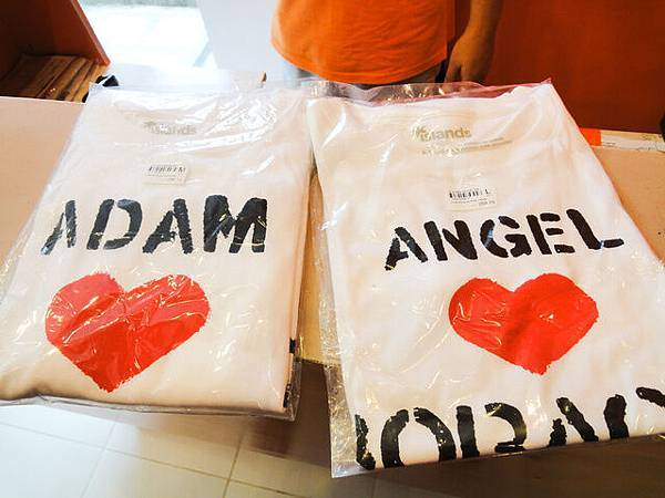 先來拿昨晚來訂做的T-Shirt 好棒喔!