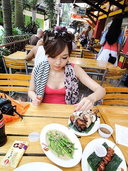 認真吃雞中!!!  在長灘島,任何時間都有人在吃飯~