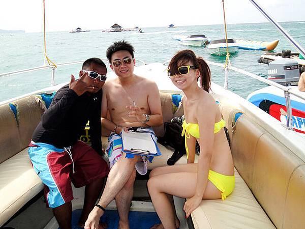 換上小汽艇!!  左邊是船家超好玩的Bali 先生