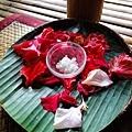 鮮花瓣+ 粗的海鹽  好美喔,女生應該都愛死了