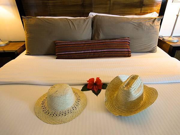 床鋪上有放鮮花~帽子是剛剛得到的!Sweet