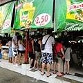 有群台灣人也在買海鮮~滿大一群的人~感覺比較好喊價