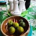 桌上的調味品,長灘人說這是檸檬!但我們覺得是金桔!
