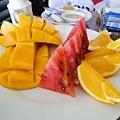 附上豐盛的熱帶水果
