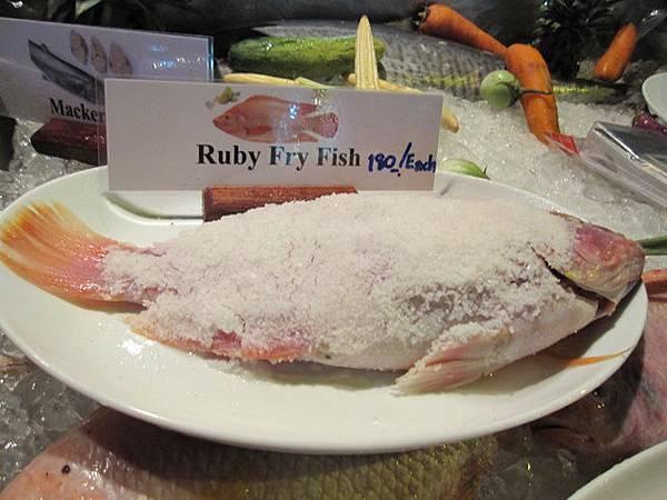 路邊海鮮餐廳的魚好誘人阿~