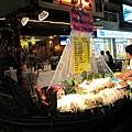 沿街很多加海鮮店~都有著巨大蝦子!好棒喔!