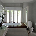 每間房間的浴缸一定會靠窗~拉開簾子泡澡也太HIGH