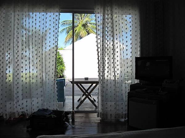 第一天的房間比較差~在一樓且被前面那一棟擋住了海