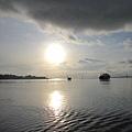 太陽倒映在海面上
