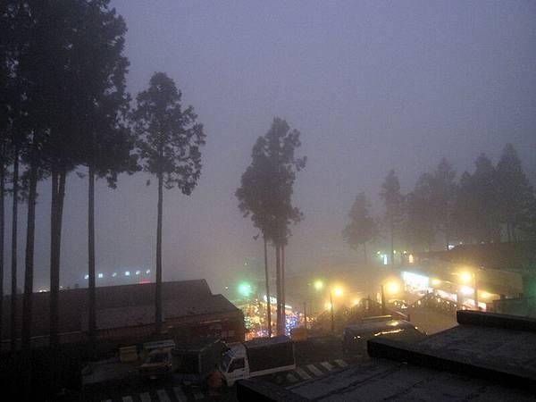 夜晚的阿里山~都是霧