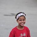 這小妹妹一直在我們遊覽車前徘徊~一直這樣笑!因為有人拿錢給...