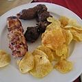 黑黑像賽的東東是雞肉牛肉~實在是不美味