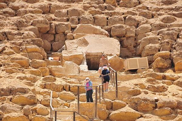 再由入口進入金字塔內(約45度50公尺下坡)