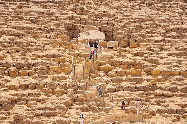 勇者們去爬紅色金字塔:約45度角50公尺上坡