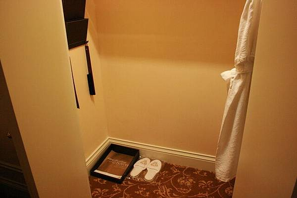 回房間囉~這是衣櫥