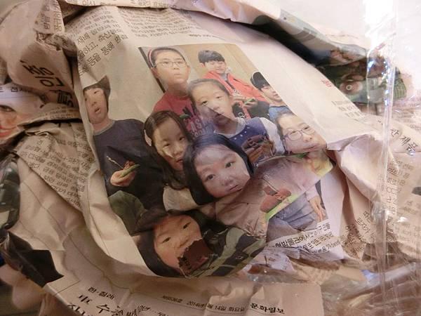 包包裡面塞的韓國報紙