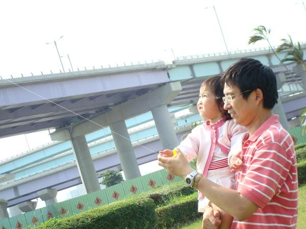 98.05.31-華江橋下放風箏.JPG