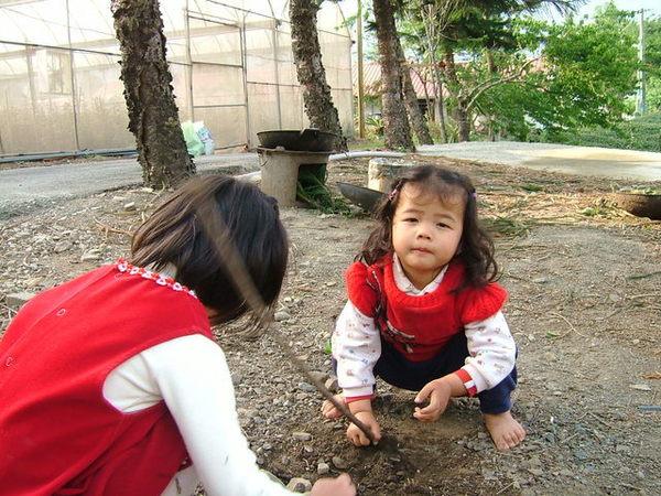 玩泥土的小孩