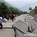 北川縣受損嚴重的公路。 新華社陳燮攝