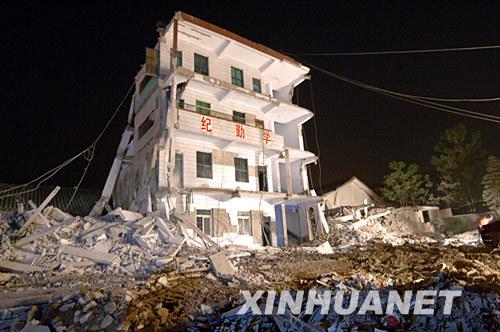 5月12日深夜拍攝的被地震摧毀的梁平縣文化鎮小學校舍。新華社記者劉潺攝