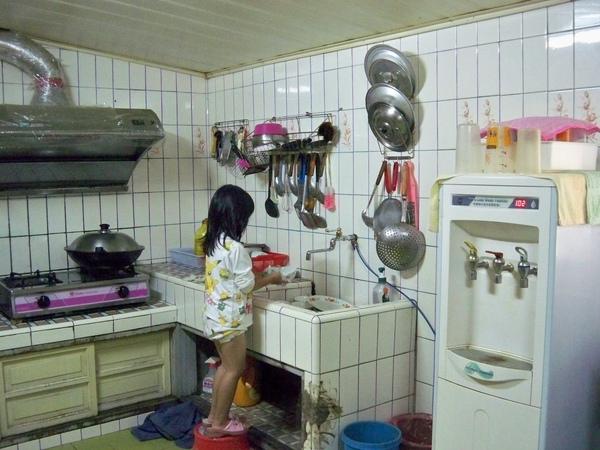 08.10.28小依墊腳洗碗