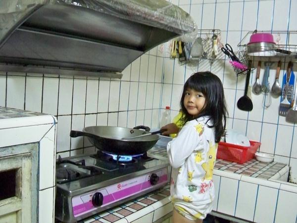 08.10.28小依學煮菜