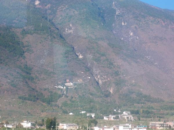 08.11.24遠望蒼山下的索道站
