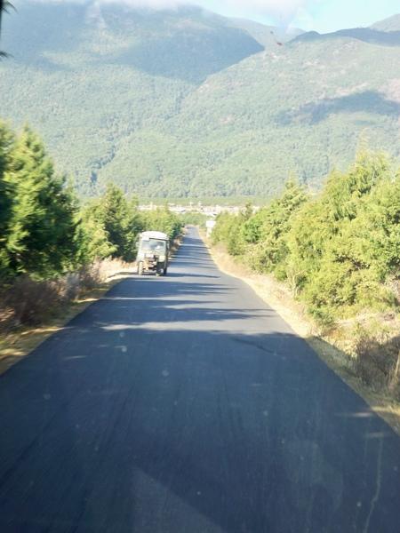 08.11.25麗江城往玉龍雪山的筆直道路
