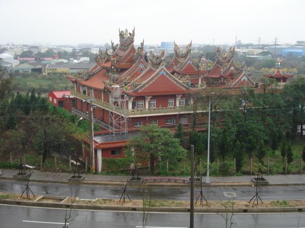 新居對面的廟宇