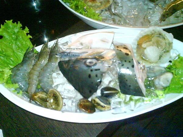 海鮮鍋的魚頭也太豪邁了吧